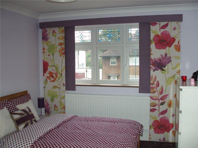 японские панели с цветрым рисунком в спальне