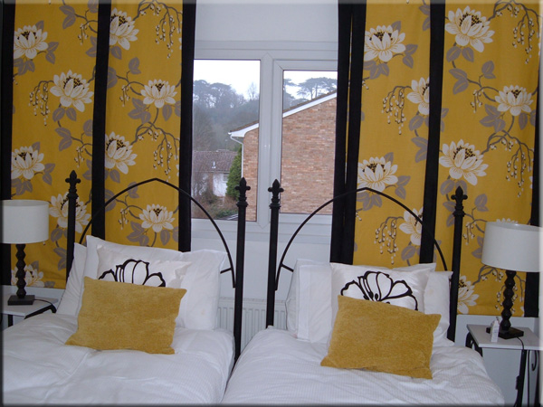 желтые японские панели в спальне