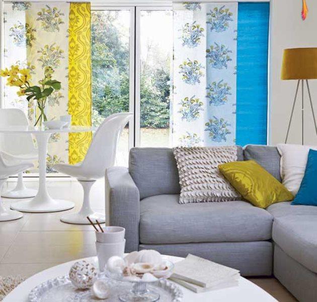 цветные японские шторы в дизайне гостиной