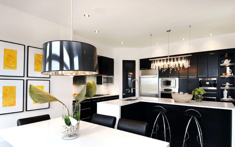 черно-белые кухни - дизайн в гламурном стиле