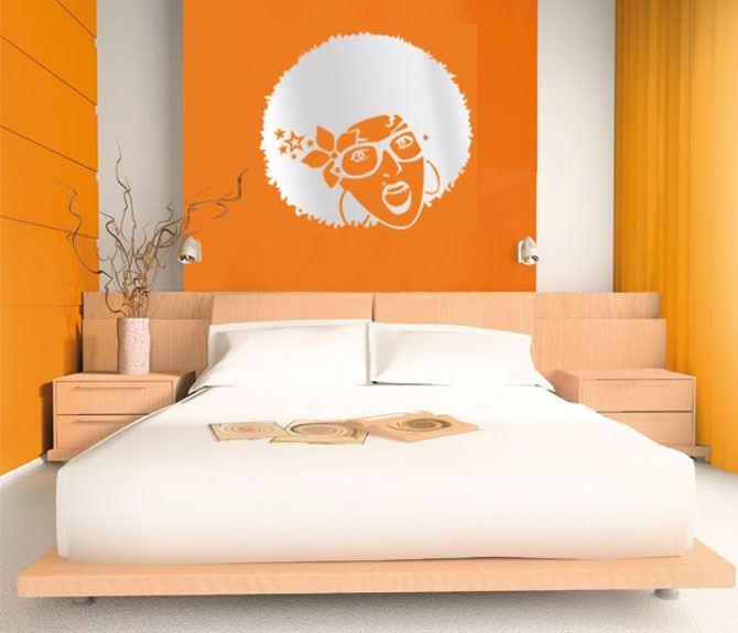 яркий цвет стен в спальной комнате