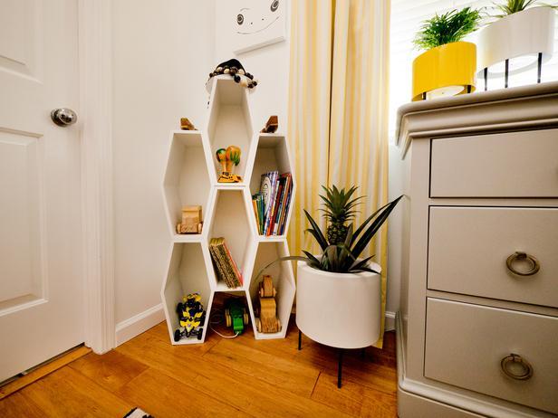 Восьмиугольная книжная полка в детской комнате