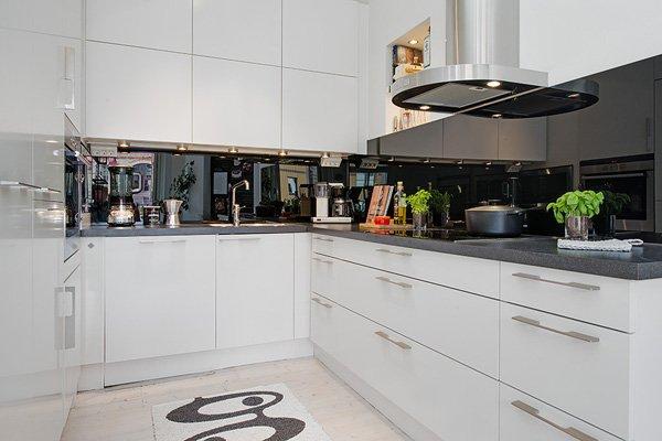 белая кухня с мраморной столешницей