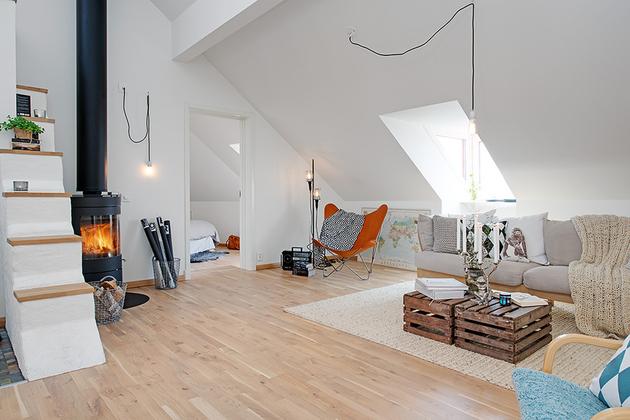 диван в уютной квартире