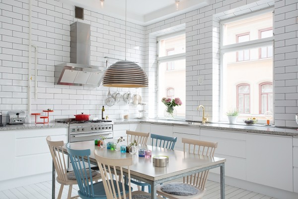 белый кафель на кухне трехкомнатной квартиры с эркером