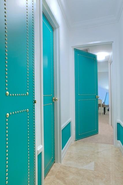 интерьер прихожей с бирюзовыми дверями
