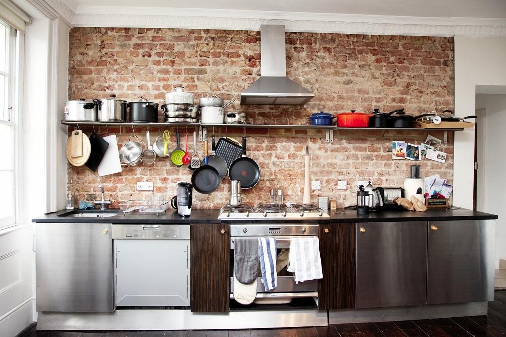 кухня вдоль кирпичной стены
