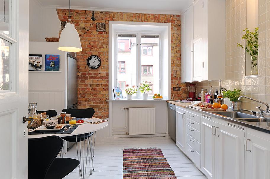 кирпичная стена с окном на кухне