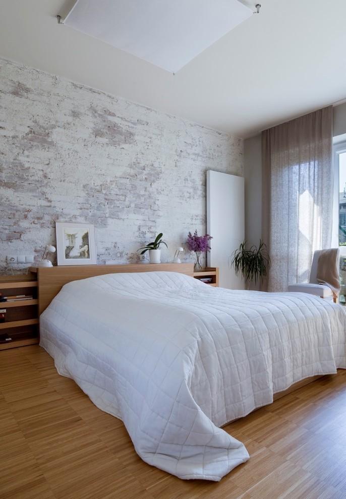 белая кирпичная стена в интерьере спальни