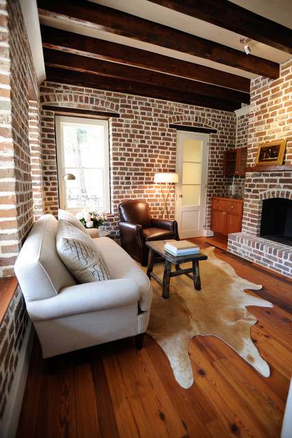 гостиная комната с кирпичными стенами