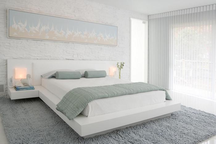 беленая стена в спальне