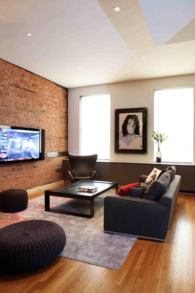 телевизор на кирпичной стене в гостиной