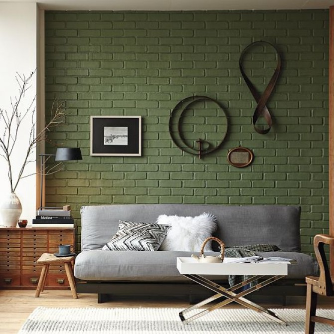 крашенная кирпичная стена в гостиной