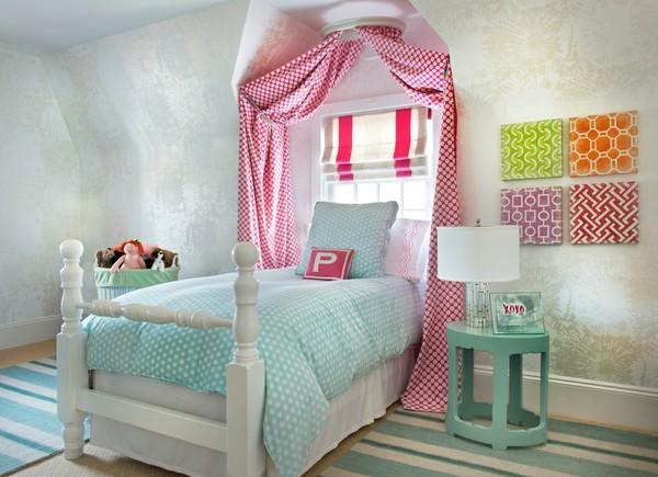 кровать с узорчатым балдахином