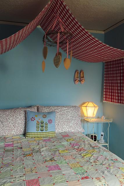 простой балдахин над гостевой кроватью