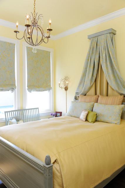 взрослая спальня с балдахином у изголовья