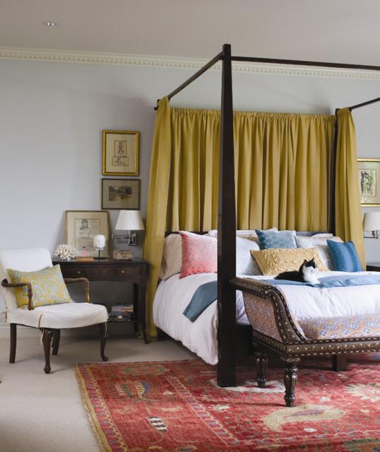 классическая спальня с кроватью-балдахином