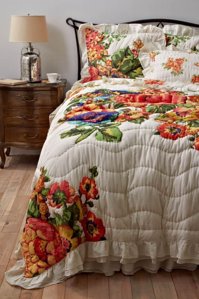 цветочный орнамент в интерьере спальни
