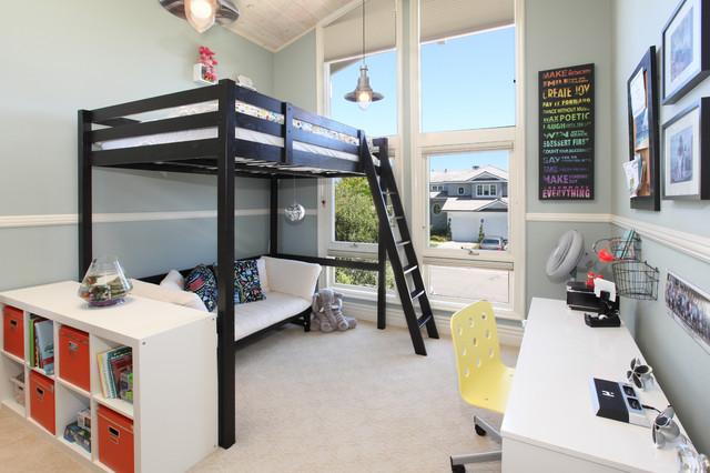 Простая кровать чердак с диваном