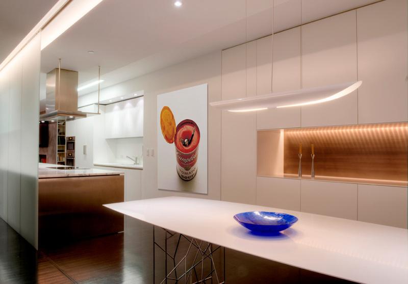 Кухня и столовая в интерьере двухуровневой квартиры