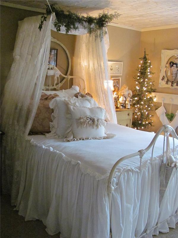 Новогоднее украшение спальни с балдахином