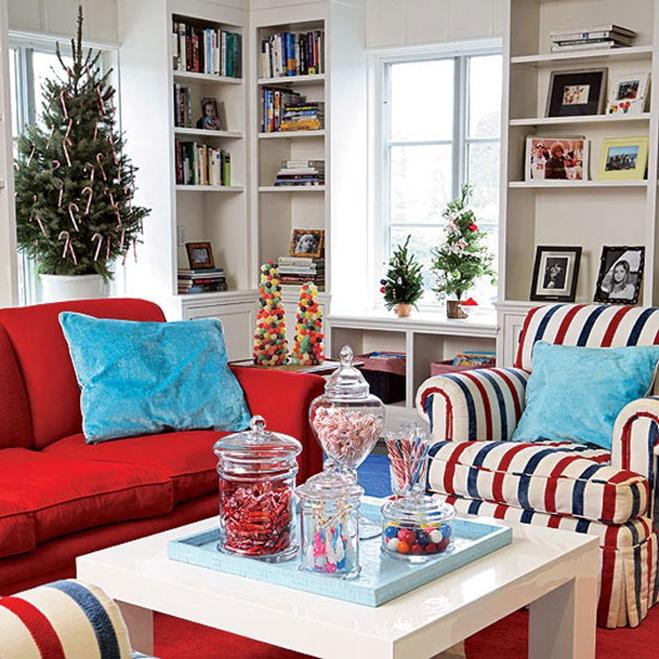 Красочный новогодний интерьер гостиной