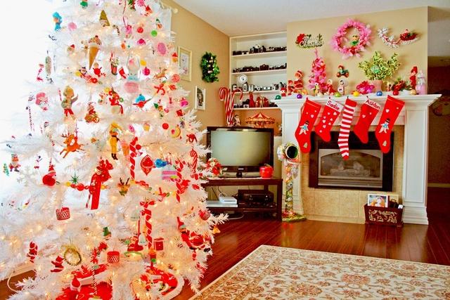Новогоднее оформление гостиной с белой елкой