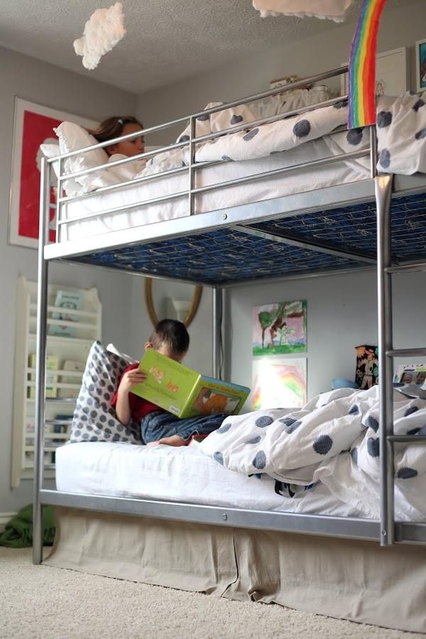 Двухярусная кровать в интерьере комнаты для разнополых детей