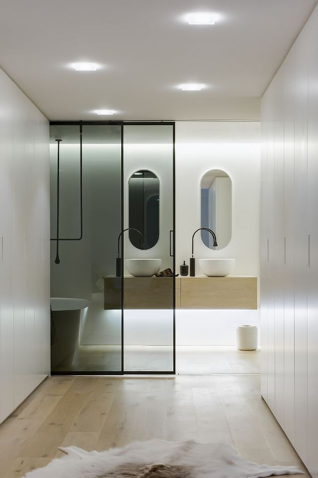 Прозрачные раздвижые двери в современной ваной комнате