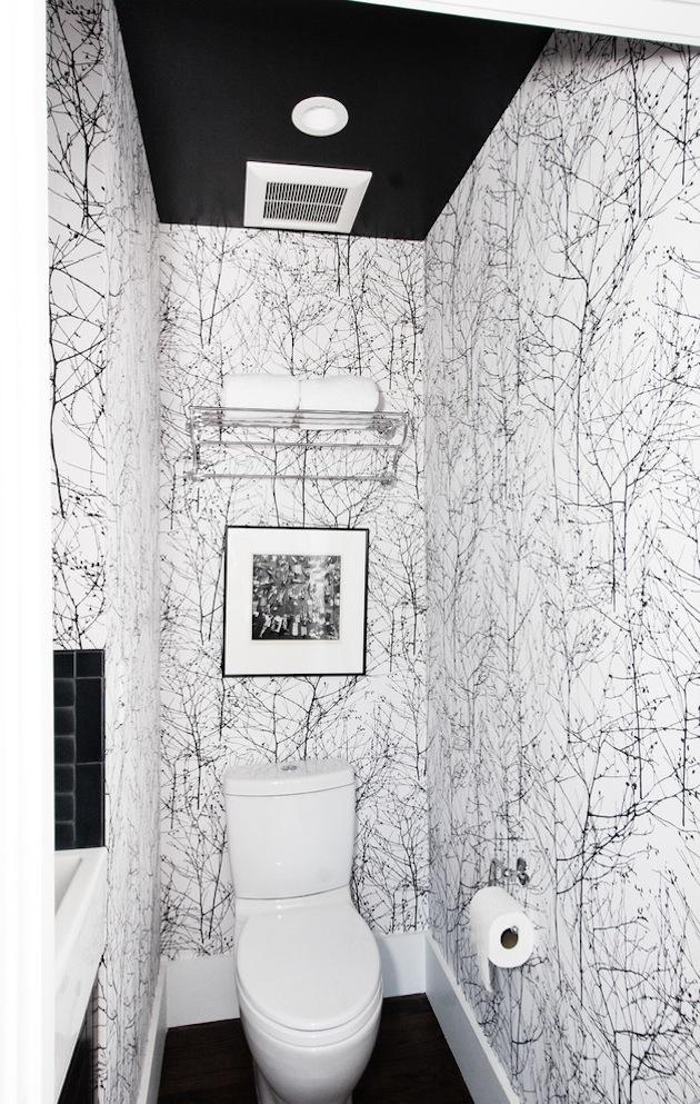 Узорчатые стены черно-белой ванной комнаты