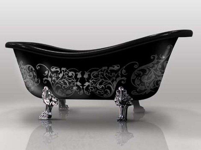 Элегантная черная ванна на ножках с серебристым орнаментом