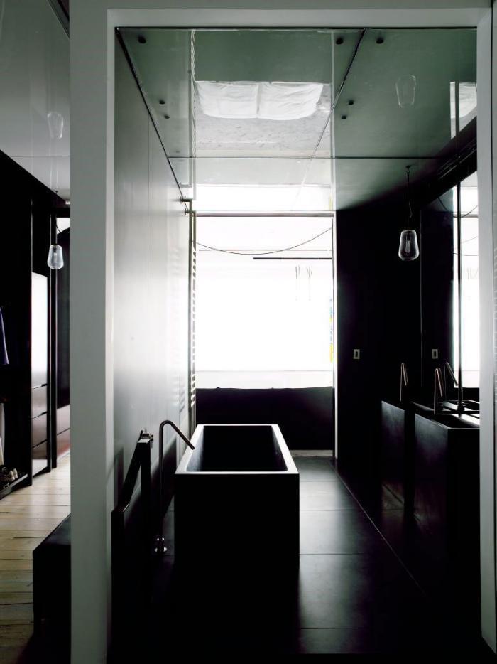 Ванная черного цвета прямоугольной формы