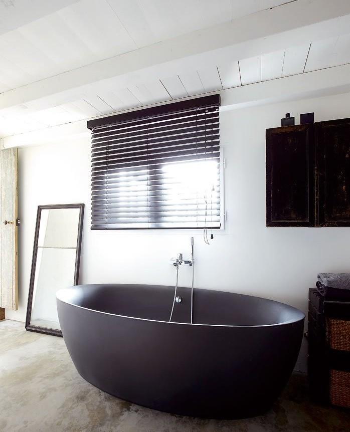 Черные ванны в форме лохани