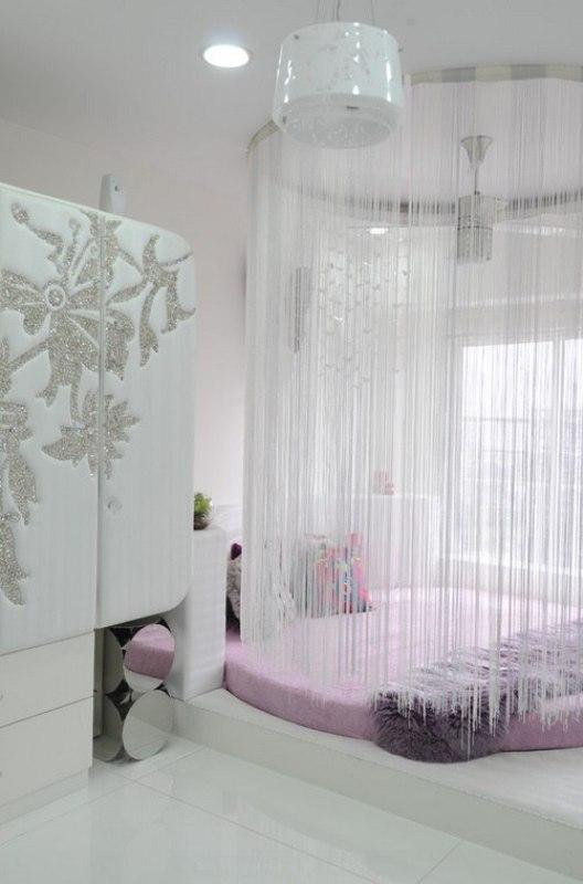 Белые кисейные шторы в спальне