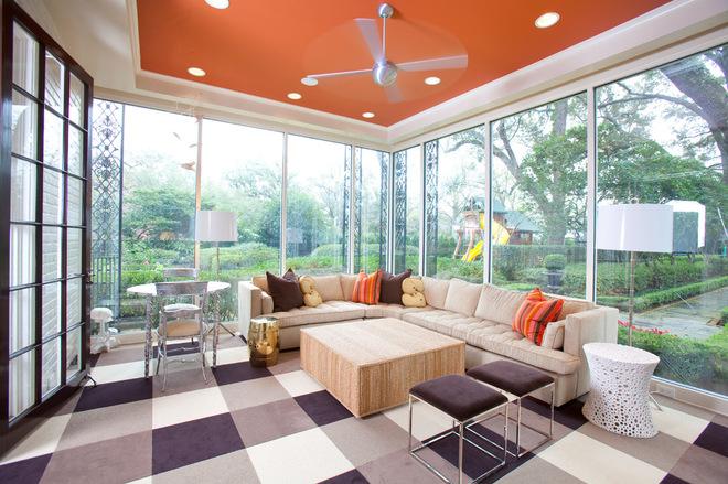Оранжевый цвет потолка