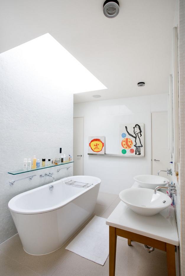 Стена с детскими рисунками в ванной