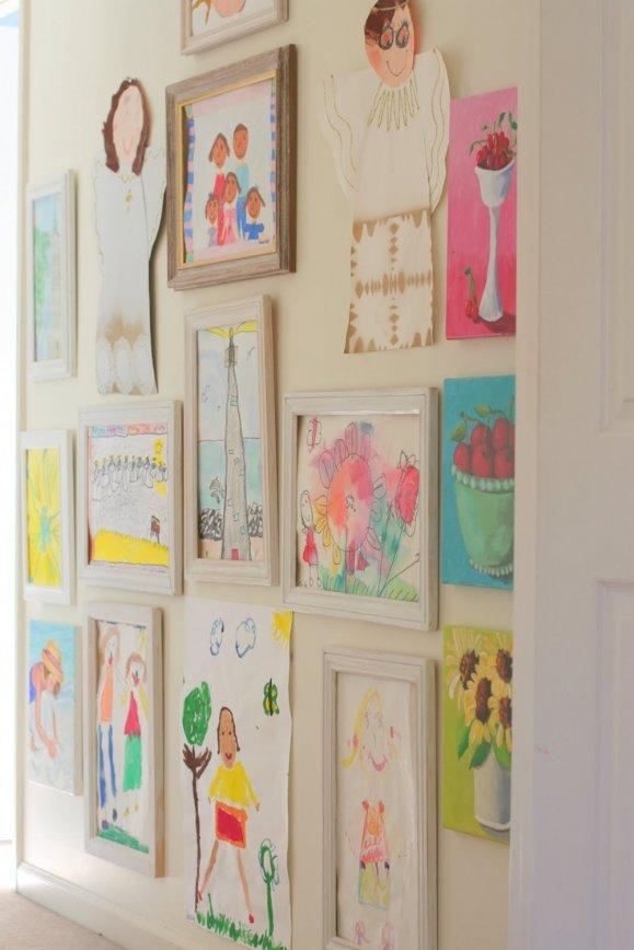 Детские рисунки в коридоре