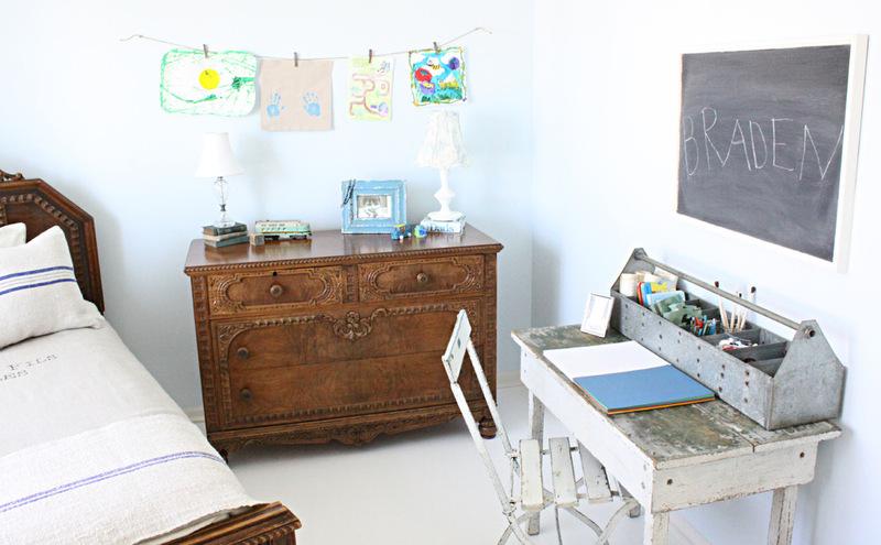Стена детской комнаты с рисунками