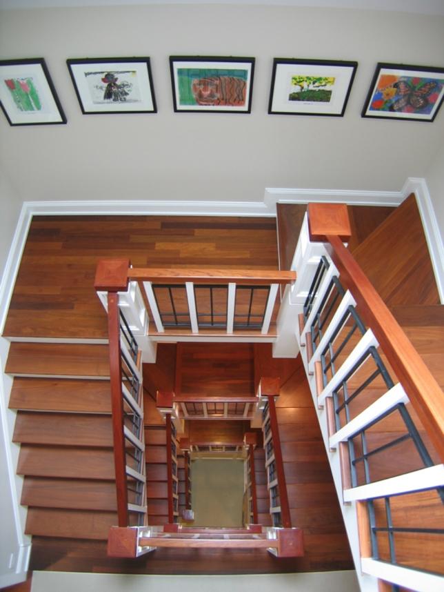 Детские рисунки на стене лестницы