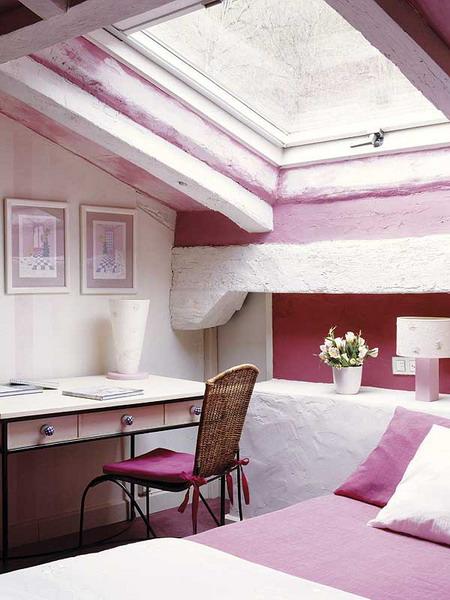 Мансарда - фото с розовой стеной