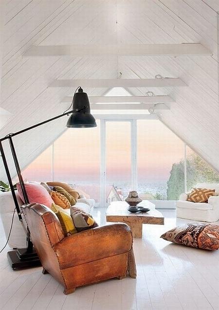Дизайн мансарды с окнами в пол