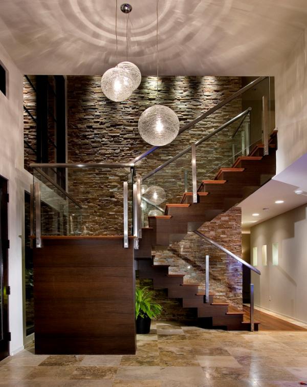 Стена декорированная натуральным камнем