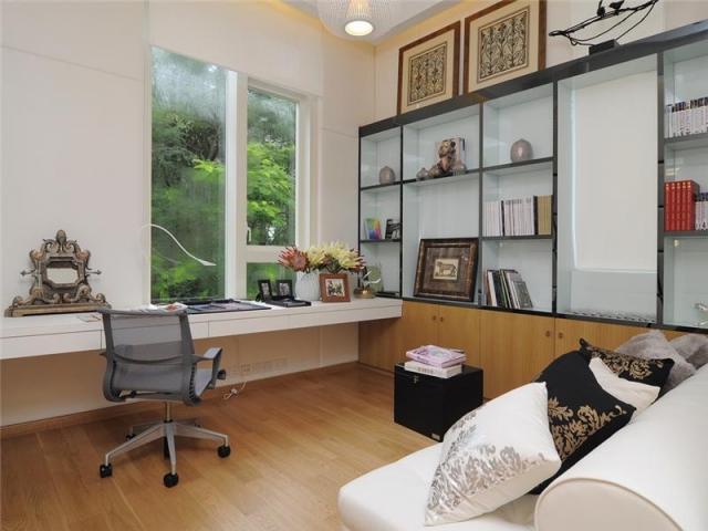 дизайн комнаты студента в белых тонах