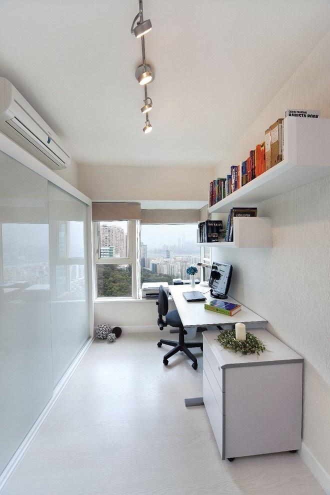 узкая студенческая комната со стеклянной стеной