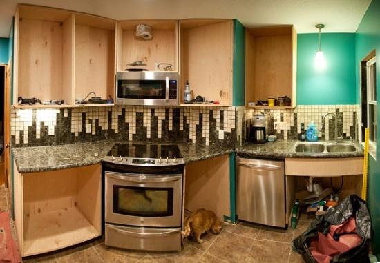 Интересный кухонный фартук из маленькой плитки
