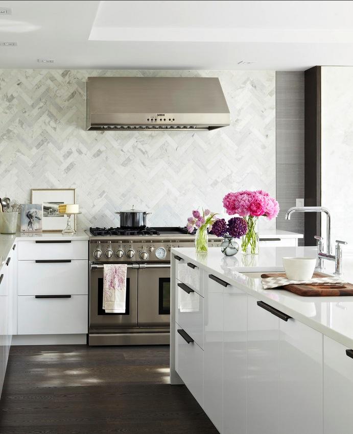 Кухонный фартук из плитки выложенной елочкой