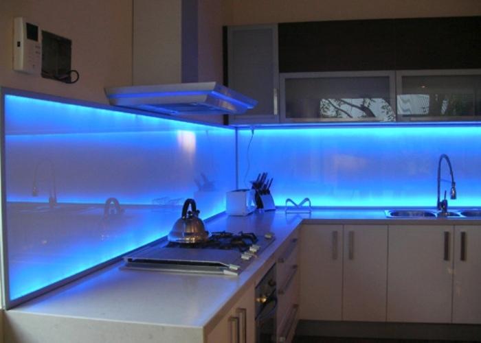 Стеклянный фартук для кухни с led подсветкой