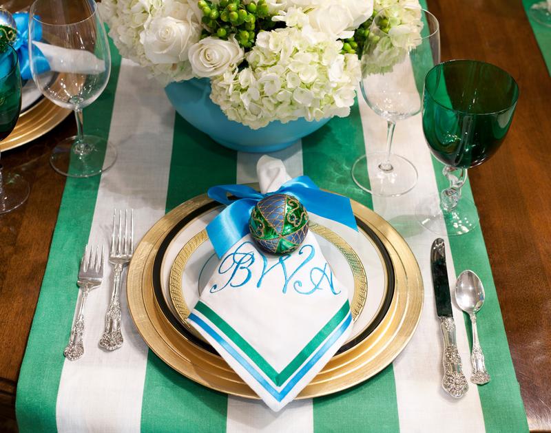 Новогодний интерьер - украшение стола в снежно–синей цветовой гамме