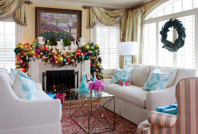 Новогоднее украшение гостиной в снежно-синей гамме