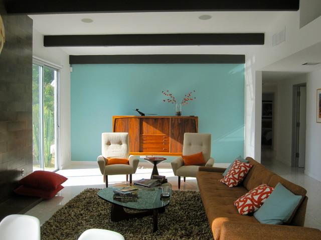 Дизайн интерьера гостиной с голубой стеной в стиле ретро